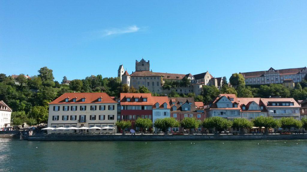 Die Burg Meersburg, die älteste bewohnte Burg, betrachtet vom Schiff aus