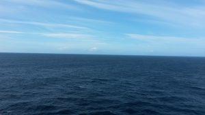 Es gibt nichts entspannenderes,als bei einer Keuzfahrt an Seetagen über das Meer zu schauen