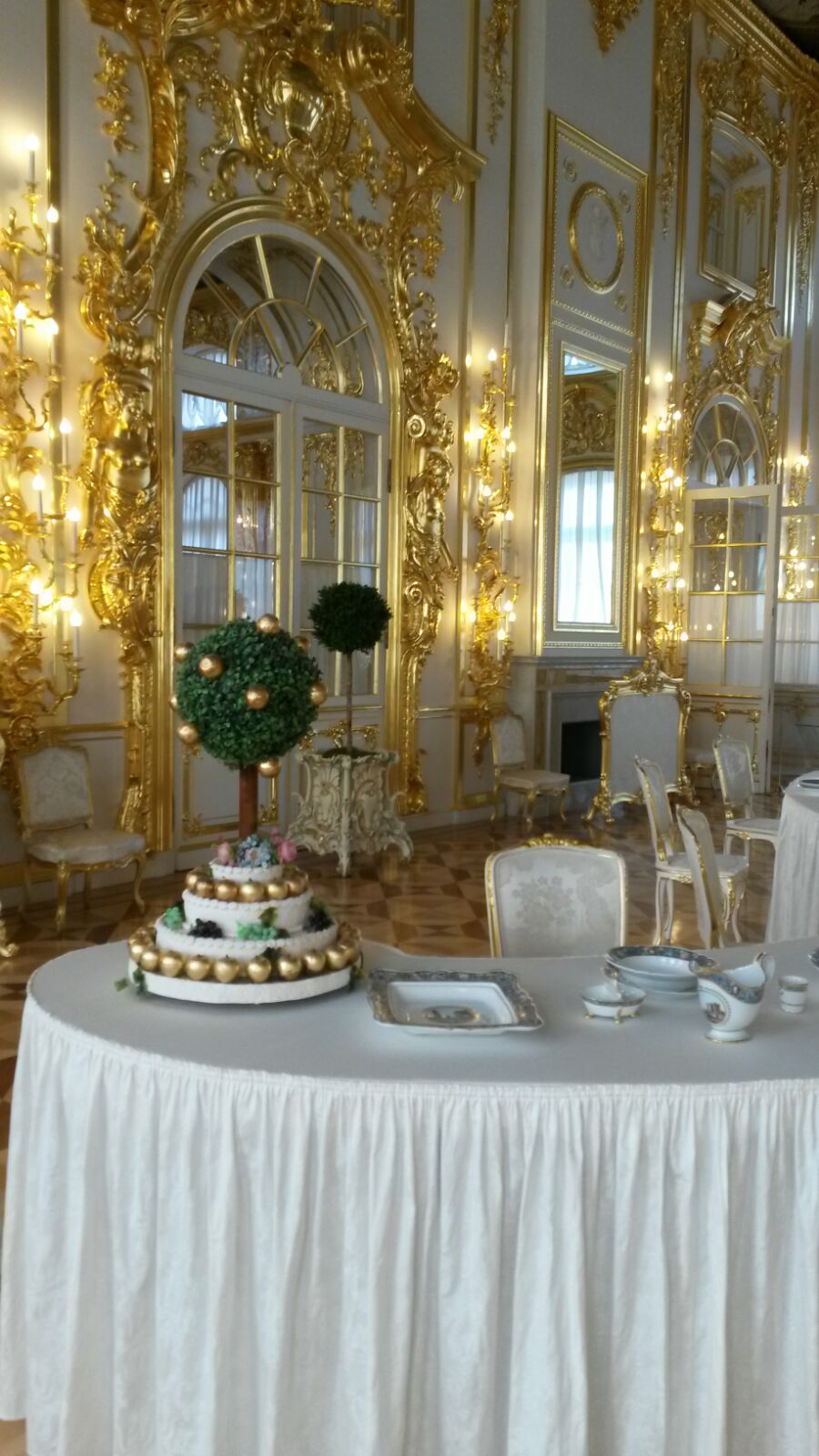 Oppulent eingedeckter Speisesaal im Katharinenpalast in St. Petersburg