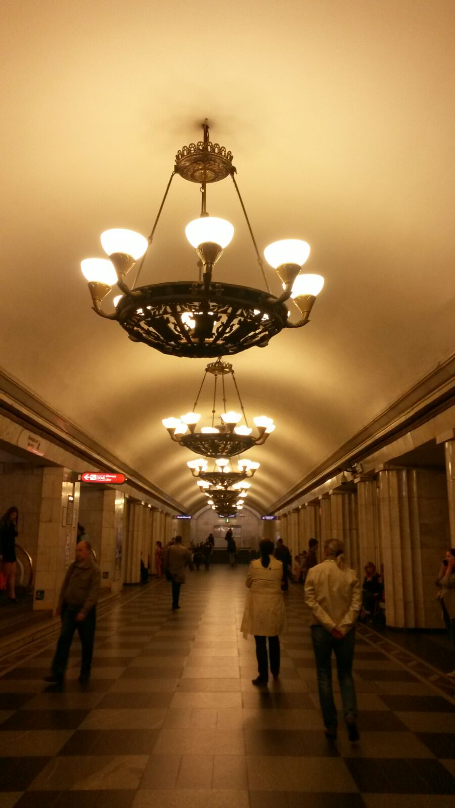 Unglaublich schöne Metrostationen in der prachtvollen russischen Stadt St. Petersburg