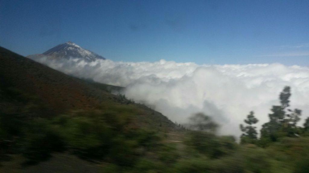 Die Bergspitze ragt aus dem Nebel