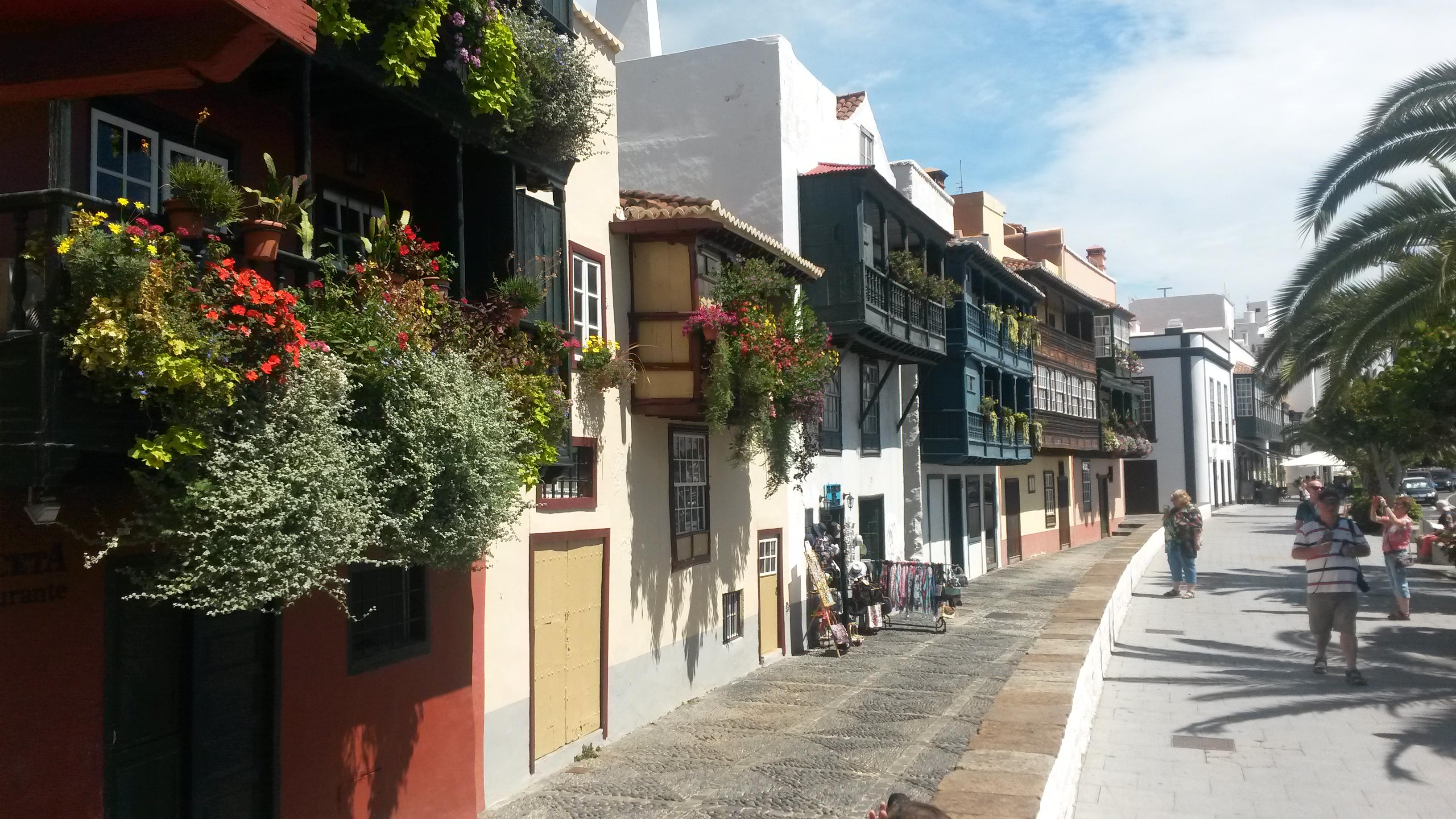 Die beeindruckenden Holzbalkone an der Hafenpromenade von Santa Cruz de La Palma
