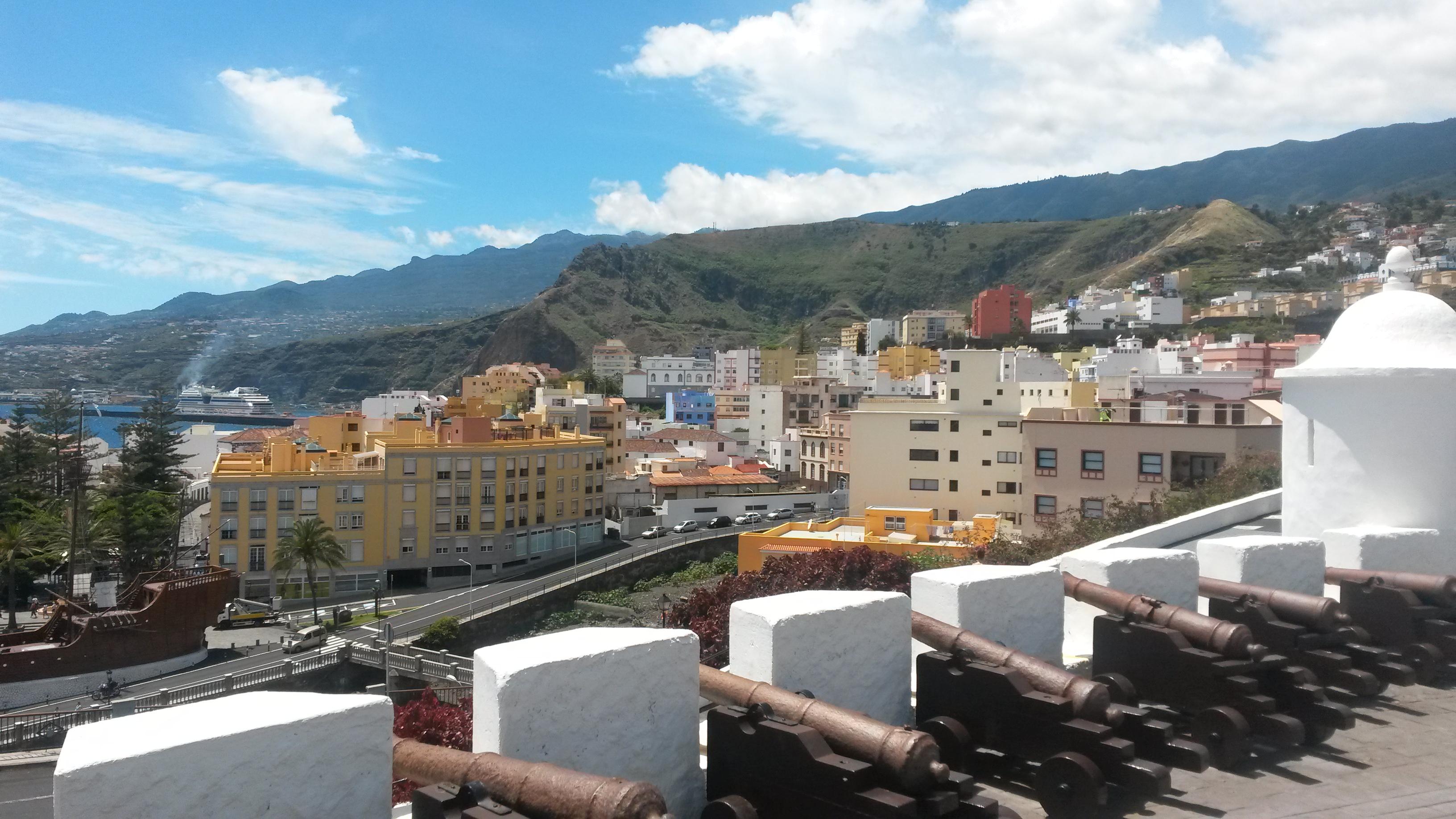 Sensationeller Blick vom Castillio De La Virgins auf den Hafen von Santa Cruz de la Palma, mit der AIDAsol im Hintergrund
