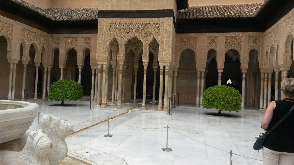 Bei unserer Führung durch die Alhambra haben wir auch den Innenhof der Nasridenpaläste besichtigt. Tickets für eine Führung entweder online im Voraus buchen oder über einen Reiseveranstalter vor Ort buchen.