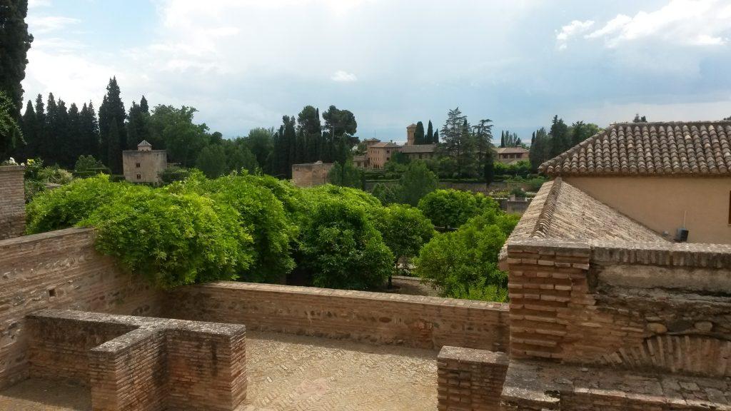Sagenhafte Aussicht auf die Alhambra von der Generalife aus. Falls du die Alhambra besichtigen möchtest, unbedingt die Tickets im Voraus buchen oder bei einem örtlichen Reiseveranstalter. In der Regel gibt es vor Ort keine Tickets mehr.
