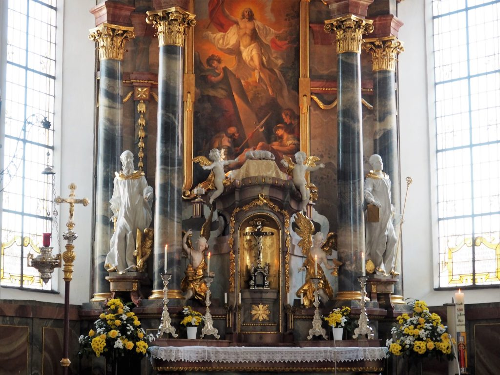 Der Altarraum in der St. Georgskirche in Wasserburg, eine der Sehenswürdigkeiten in Lindau am Bodensee
