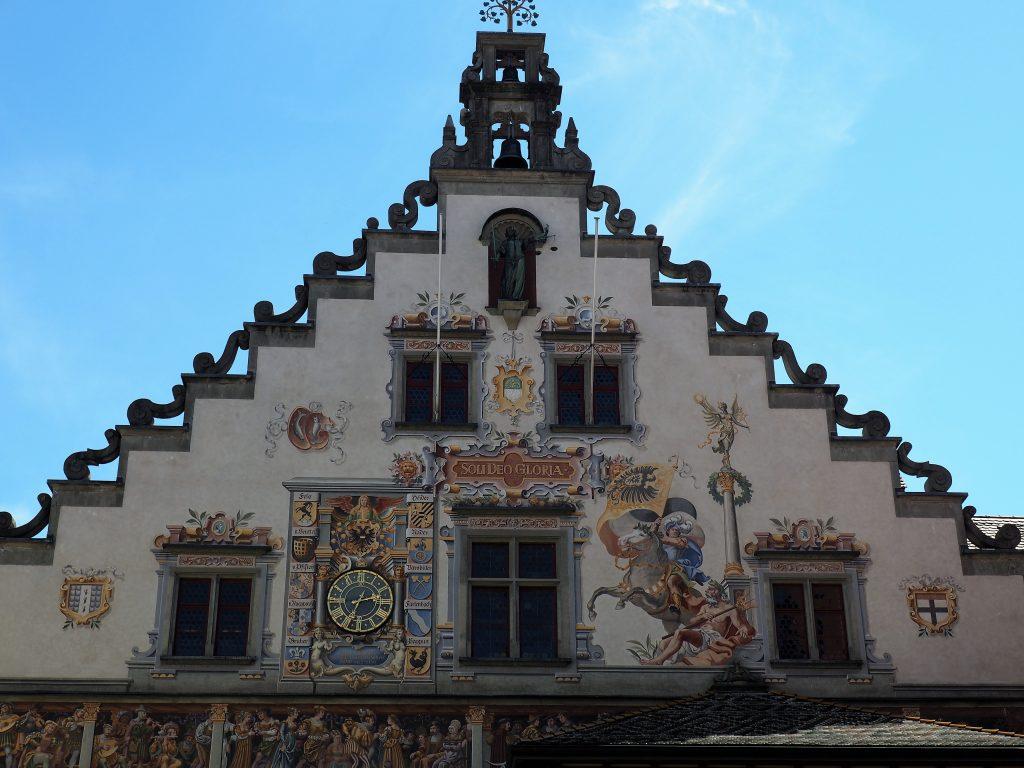 Die farbenfrohe Fassade am alten Rathaus in Lindau, eine der bekanntesten Sehenswürdigkeiten der Stadt am Bodensee