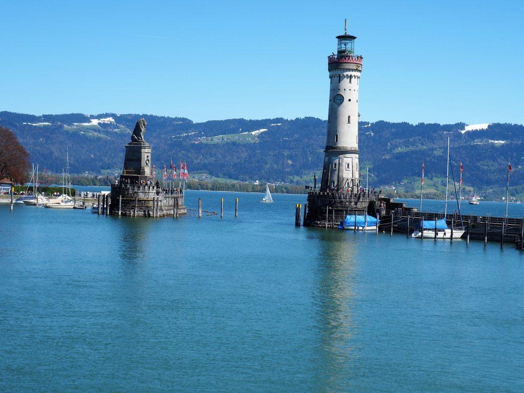 Hafeneinfahrt in Lindau am Bodensee, bewacht von dem bayrischen Löwen und dem Neuen Leuchtturm, den bekanntesten Sehenswürdigkeiten