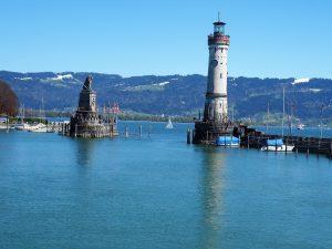 Hafeneinfahrt in Lindau am Bodensee mit dem bayrischen Löwen und dem Alten Leuchtturm, dem südlichsten Leuttrum Deutschlands