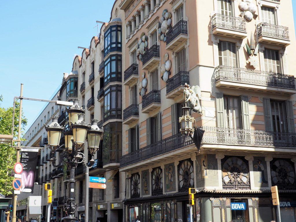 Wunderschöne Häuserfassaden an der Las Ramblas