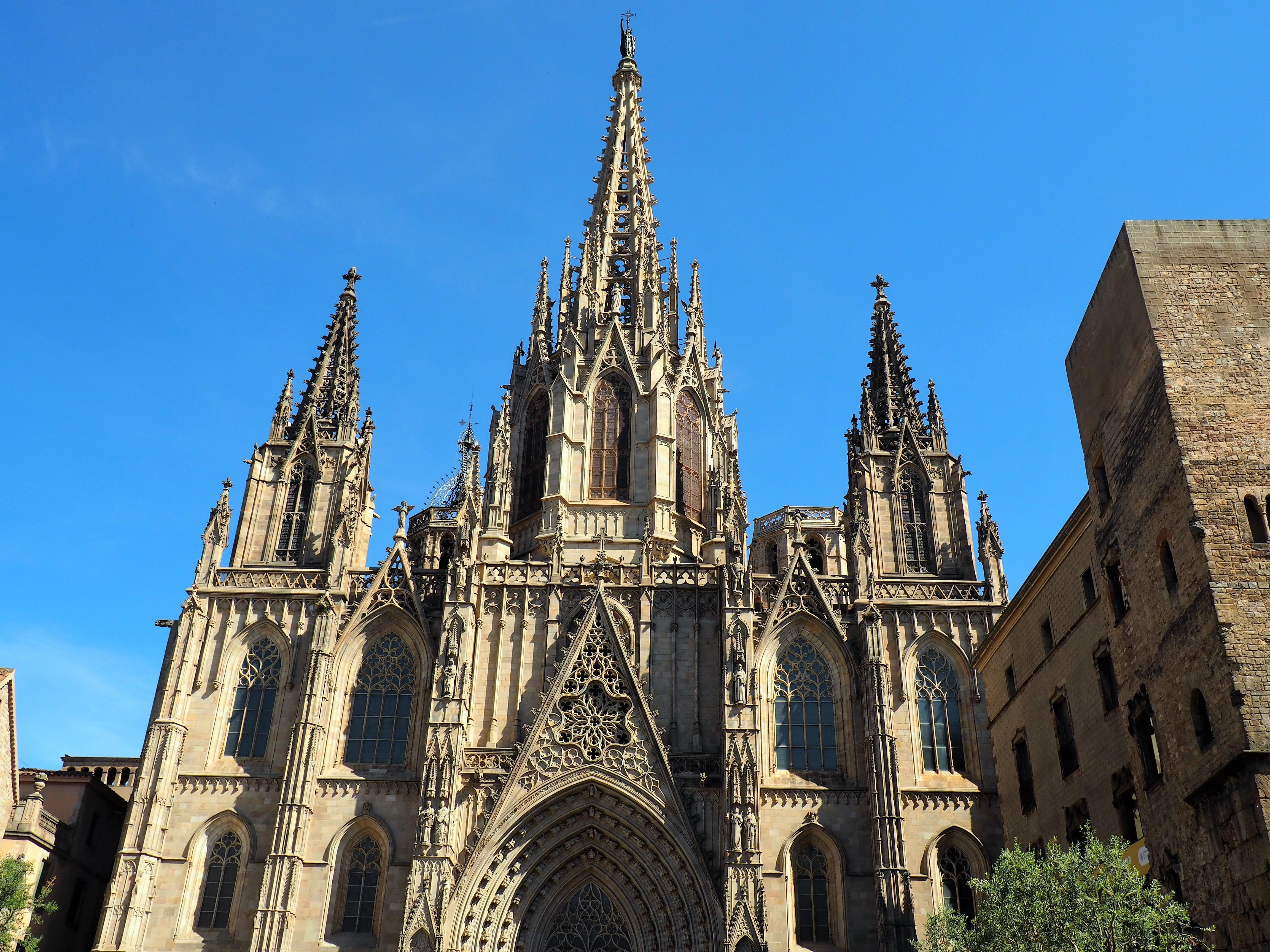 Mitten im gotischen Viertel steht die Kathedrale von Barcelona