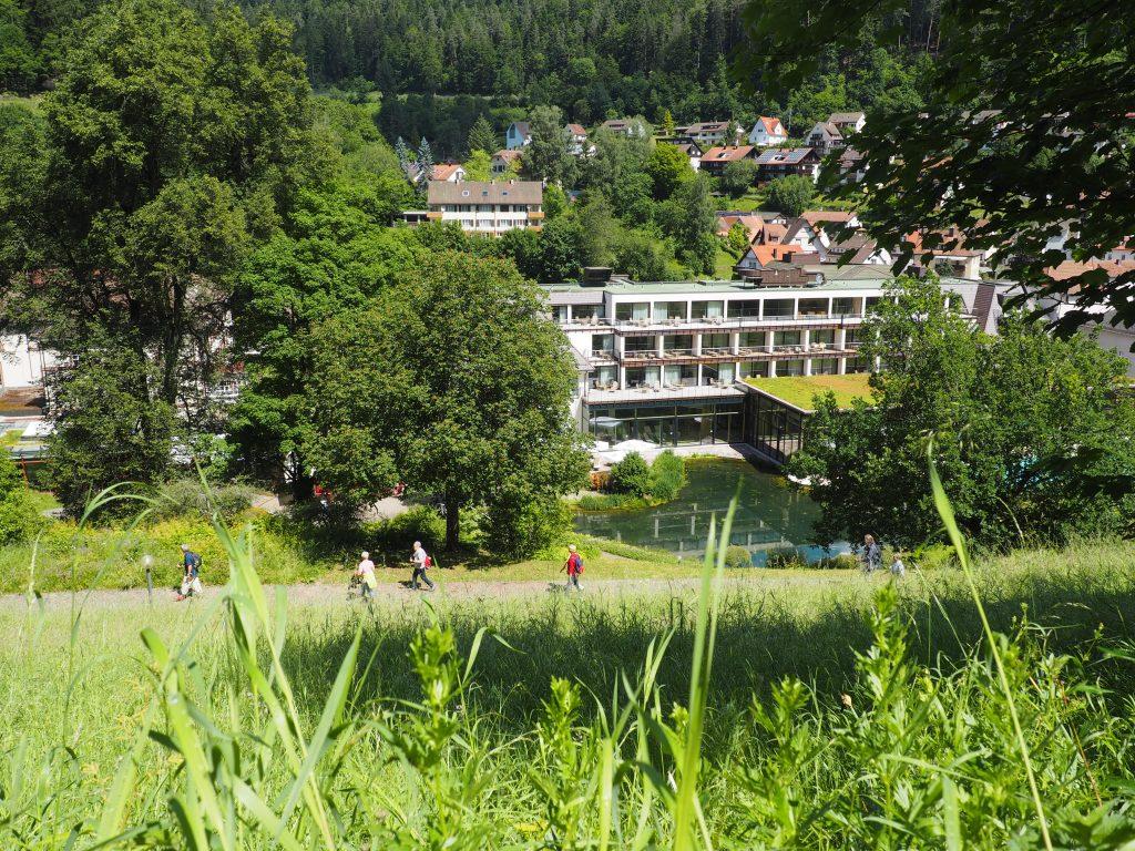 Blick auf das Hotel Therme Teinach bei meiner aussichtsreichen kulinarischen Wanderung im Teinachtal