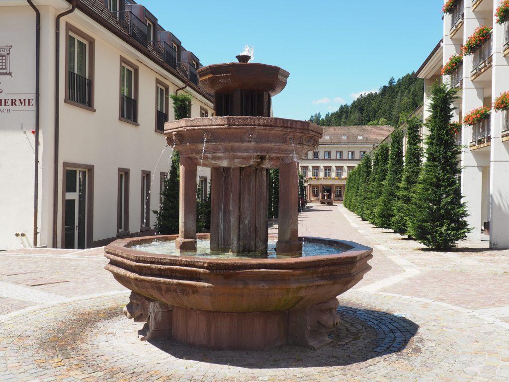 3schaliger Brunnen mit Löwenköpfen in der Allee des Hotel Therme Teinach