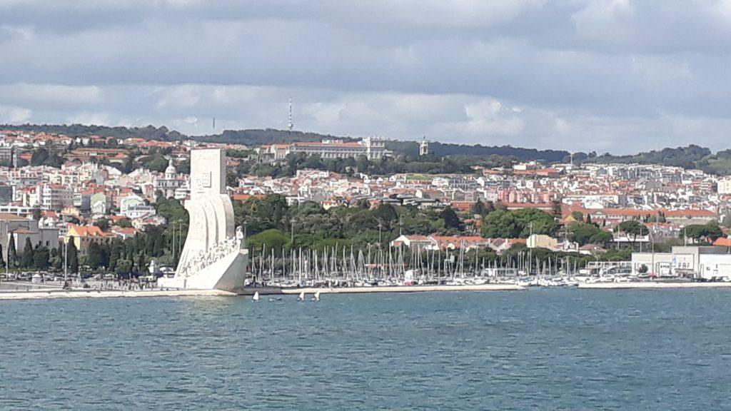 Seefahrerdenkmal mit Statuen, die wichtige portugisische Persönlichkeiten darstellen, die in Richtung des Wassers gehen.