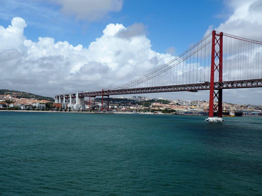Die Brücke 25. April überspannt den Tejo und verbindet Lissabon mit seinen südlichen Stadteilen