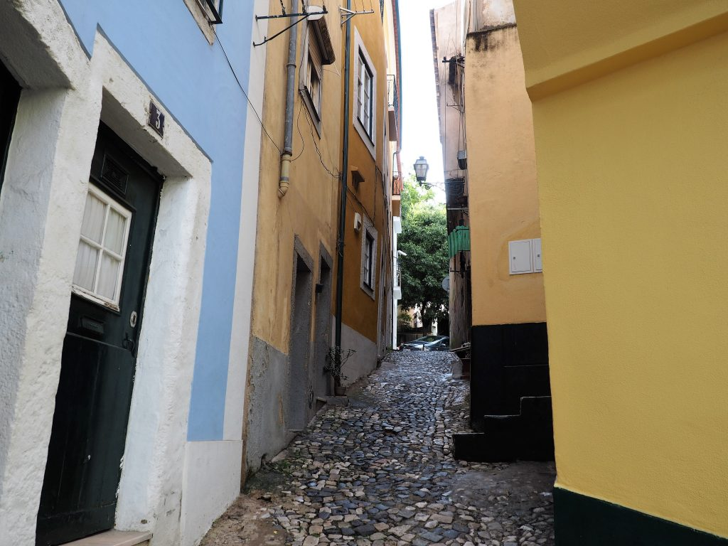 In den malerischen Gassen der Altstadt von Lissabon