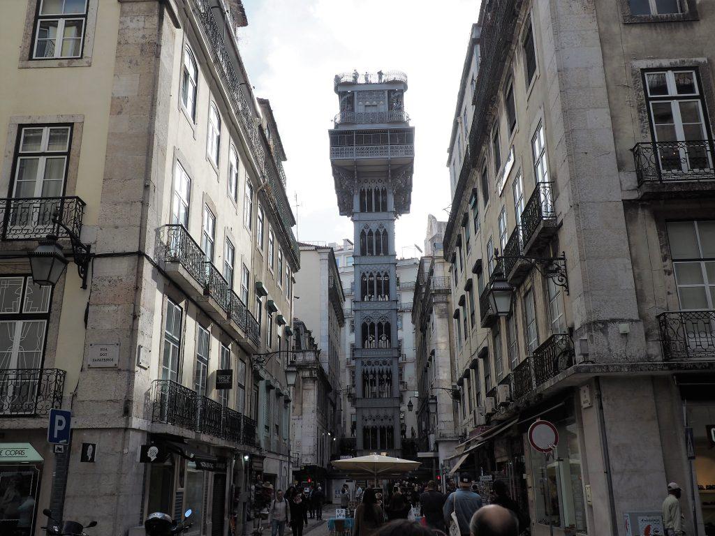 Der sehenswerte Elevator de Santa Justa verbindet die Baixa mit der Oberstadt in Lissabon