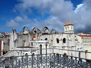 Blick vom Elevator de Santa Justa auf die Ruinen der Carmo Kirche in der Altstadt Lissabon