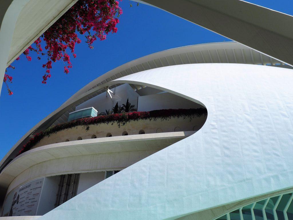 Ein Bildausschnitt des futuristischen Opernhauses von Valencia