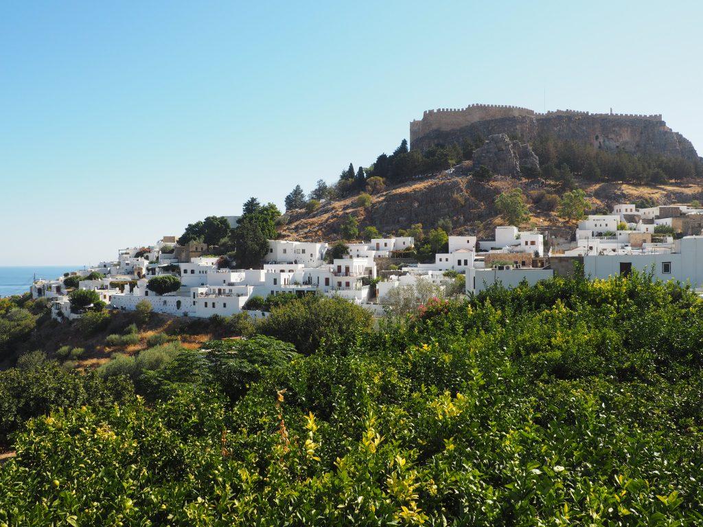 Hoch über dem malerischen Dörfchen Lindos thront die Akropolis von Lindos auf Rhodos