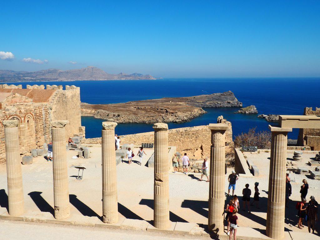 Reste der Säulenhalle von der Akropolis von Lindos