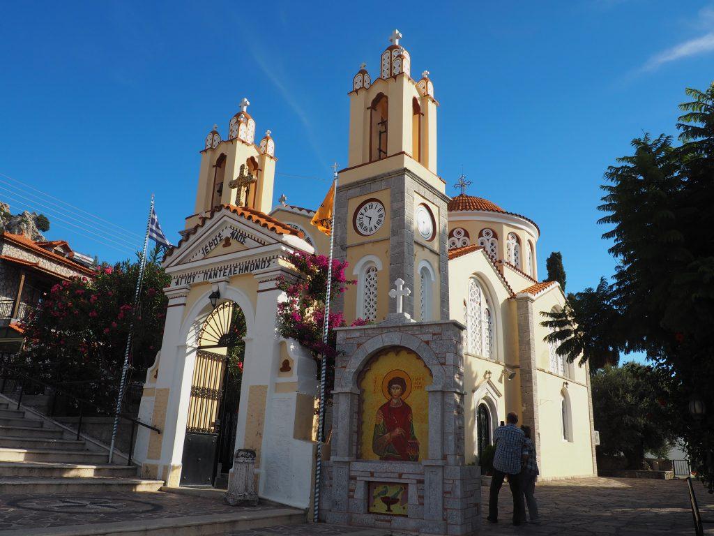 Moderne Dorfkirche in Siana, einem hübschen Berdorf auf Rhodos