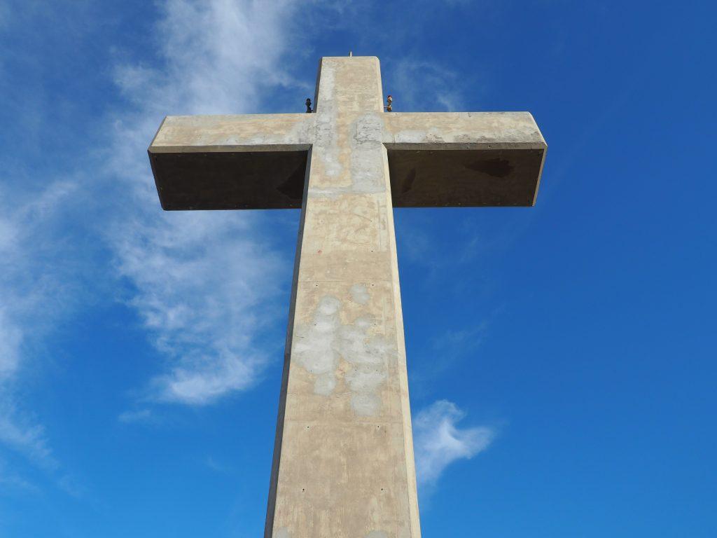 Hoch in den Himmel ragt das Betonkreuz auf dem Berg Philerimos auf der Insel Rhodos