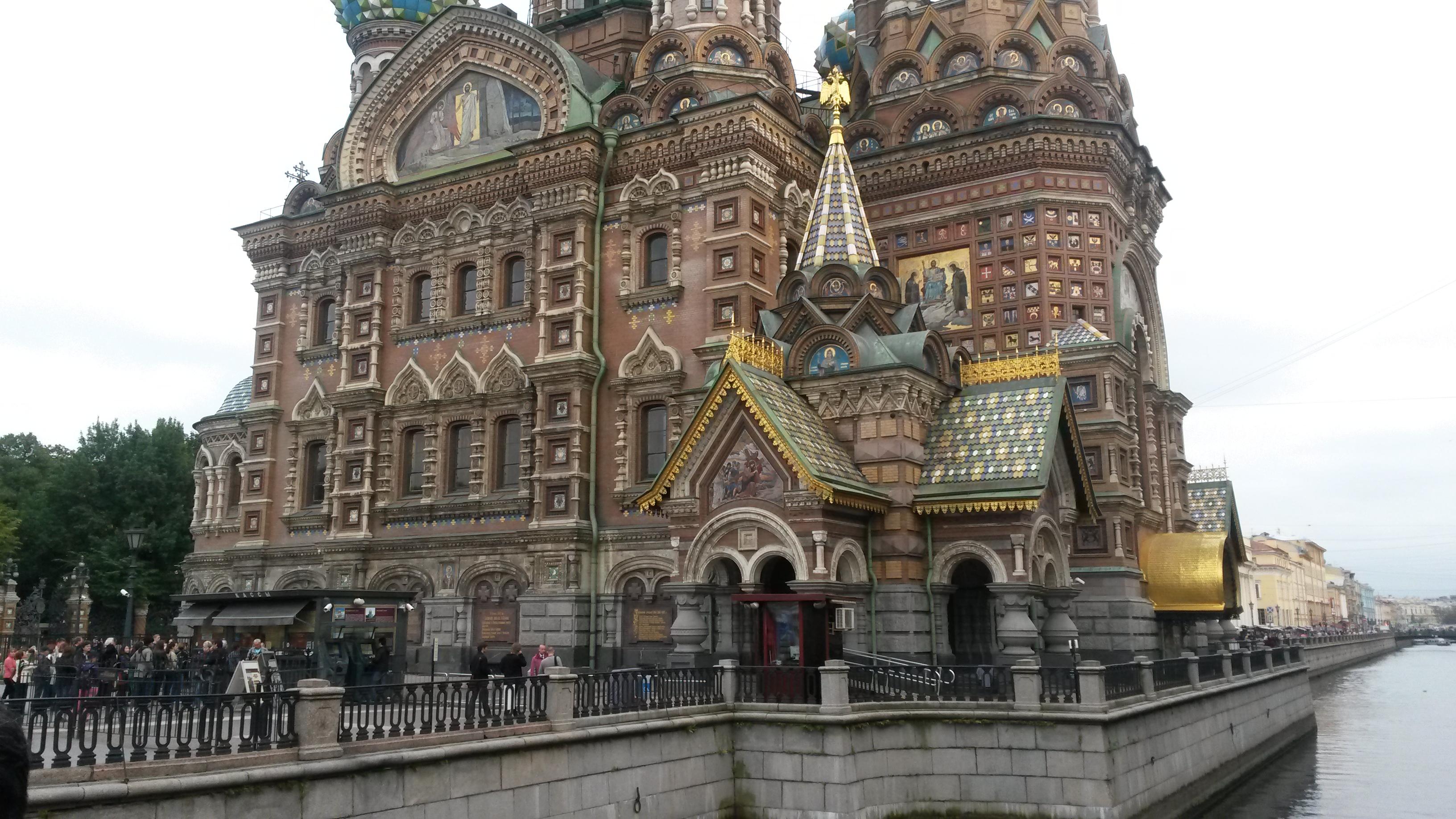 Ein Ausschnitt der vielfältigen Fassade der Blutkirche in St. Petersburg
