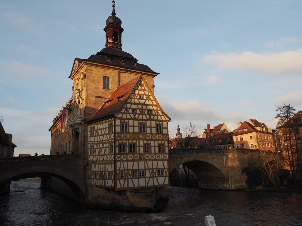 Altes Rathaus in Bamberg, erbaut mitten in der Regnitz und die bekannteste Sehenswürdigkeit der Welkulturerbestadt
