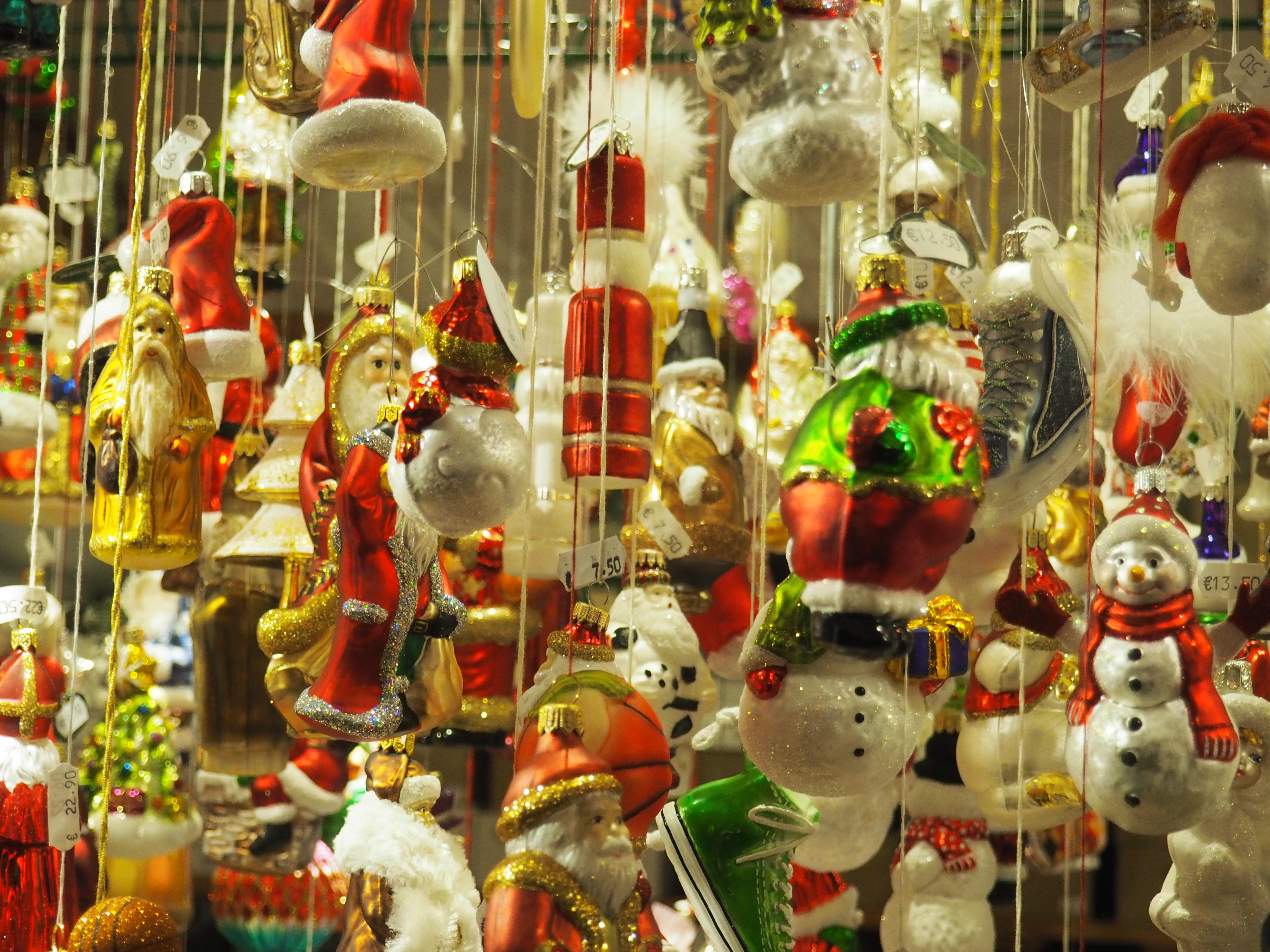Nostalgischer Weihnachtsschmuck auf dem Weihnachtsmarkt in Bamberg