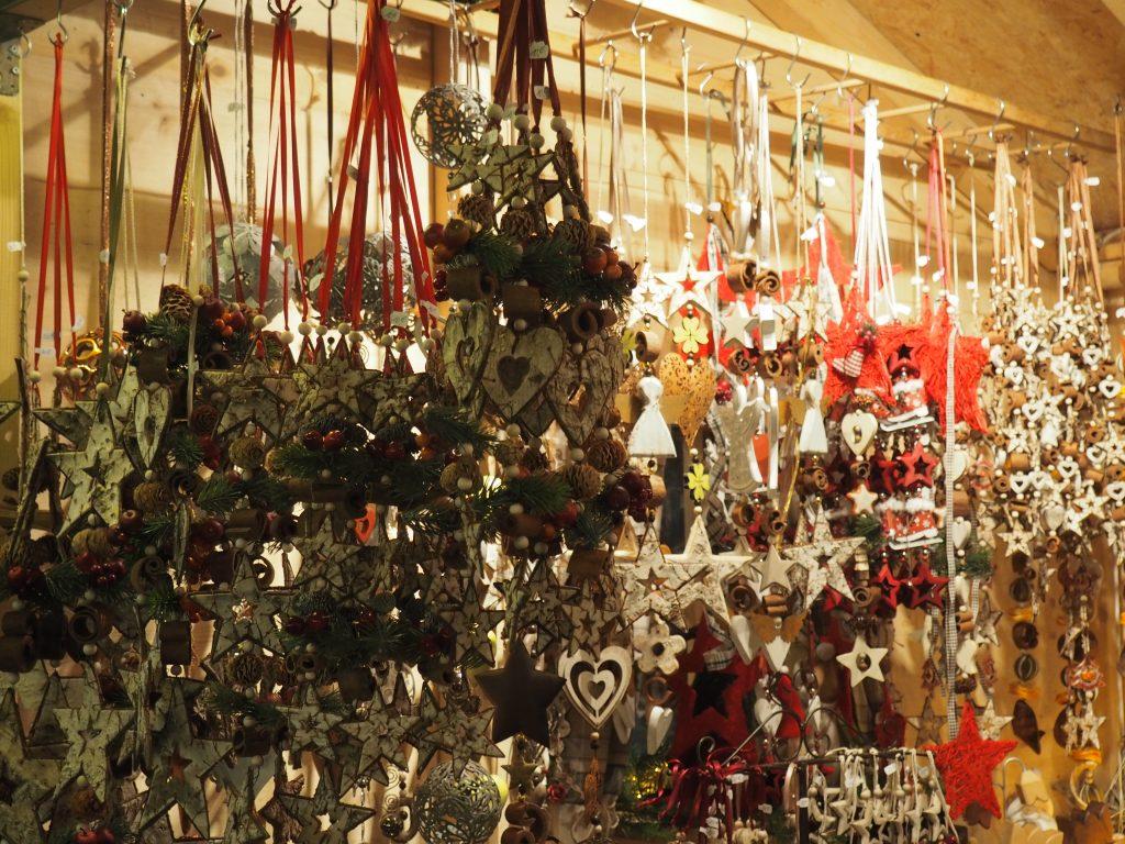 Kunsthandwerklicher Marktstand beim Weihnachtsmarkt in Bamberg
