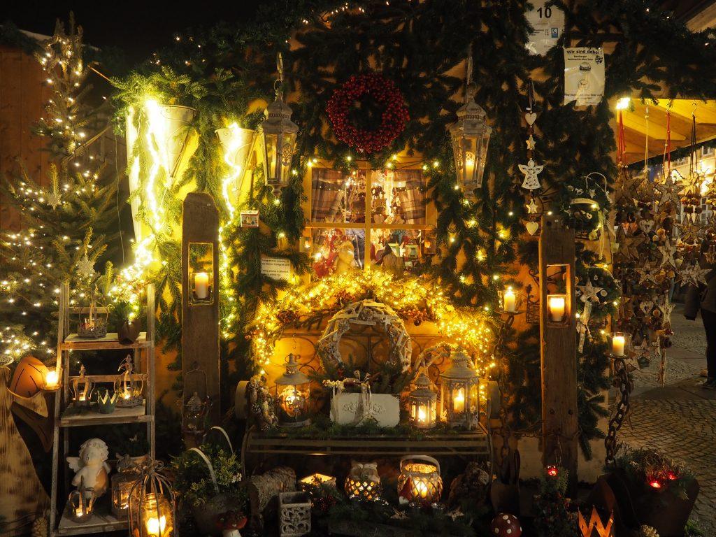 Wunderschöner kunsthandwerklicher Stand auf dem Weihnachtsmarkt in Bamberg