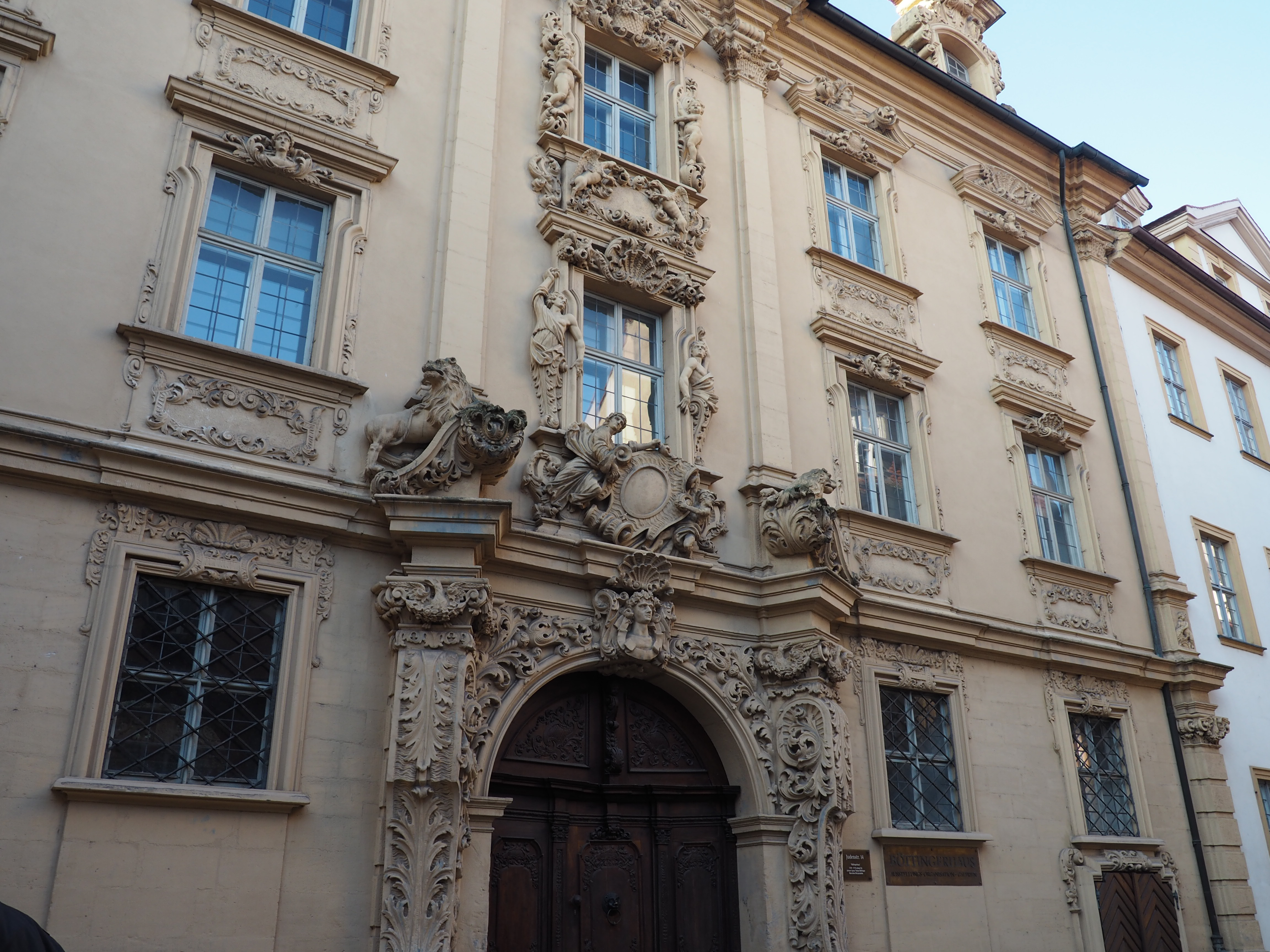 Reich verzierte Fassade des Böttingerhauses in Bamberg