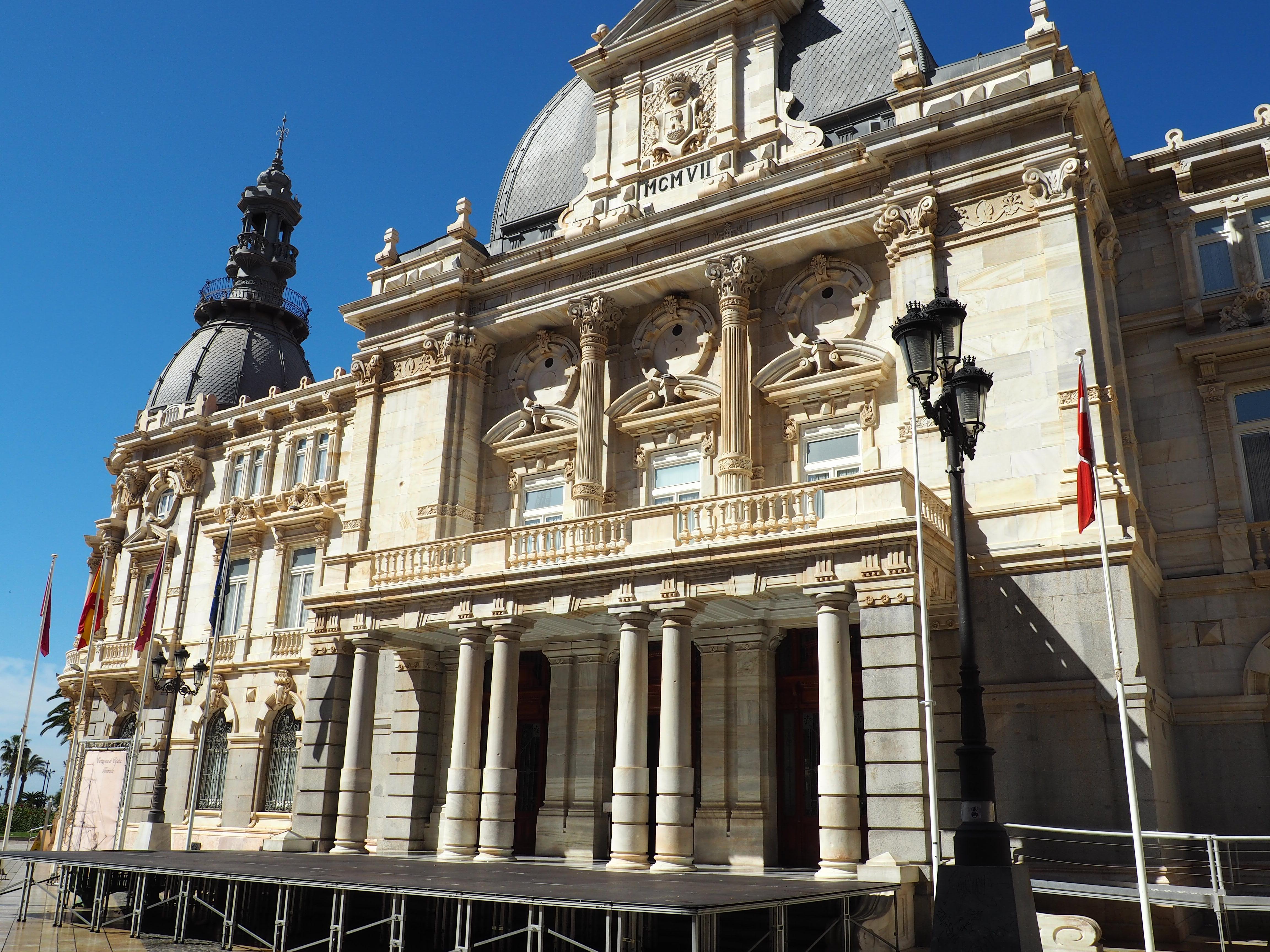 Ein Tag in Cartagena, das imposante Rathaus mit seiner Fassade aus weißem Marmor