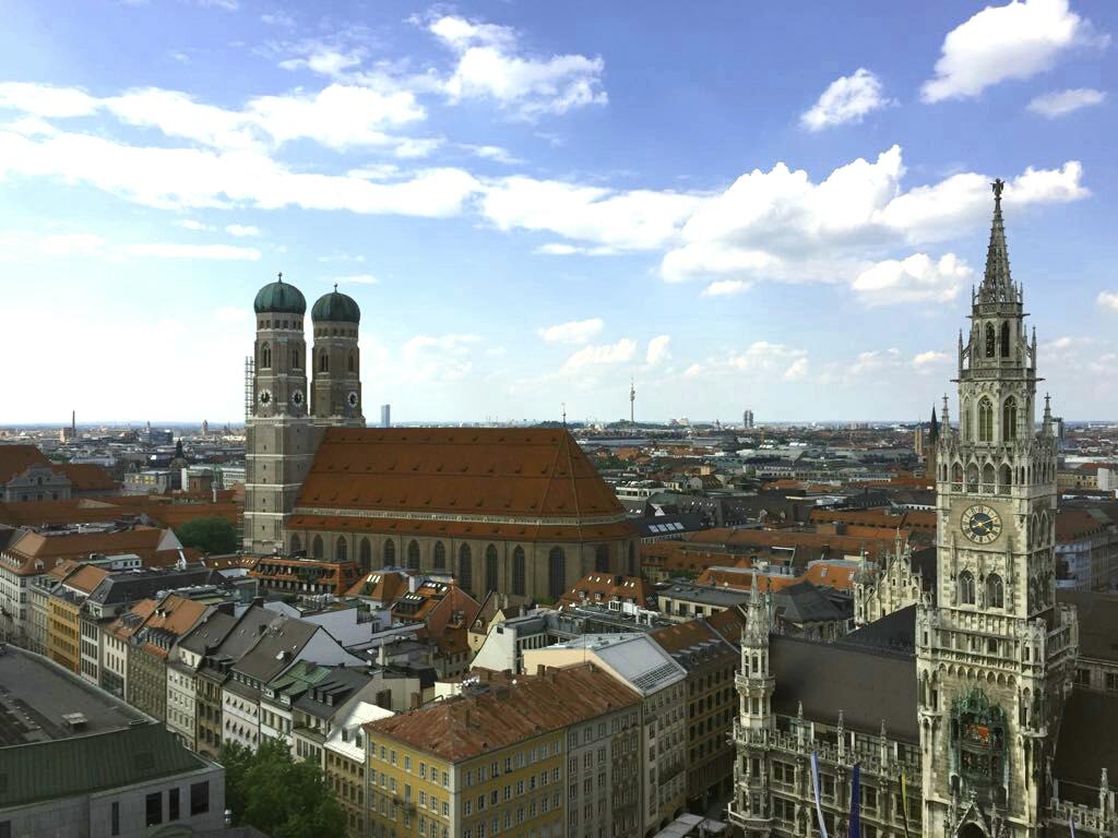 Spektakuläre Aussicht vom Turm des St. Peter, links die Frauenkirche, rechts das Rathaus