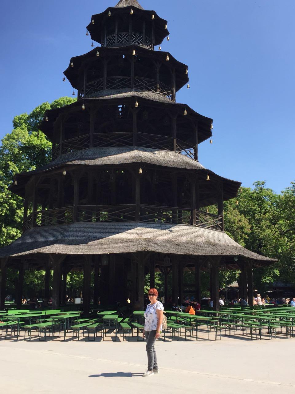 Der über 200 Jahre alte Chinesische Turm im Englischen Garten in München.