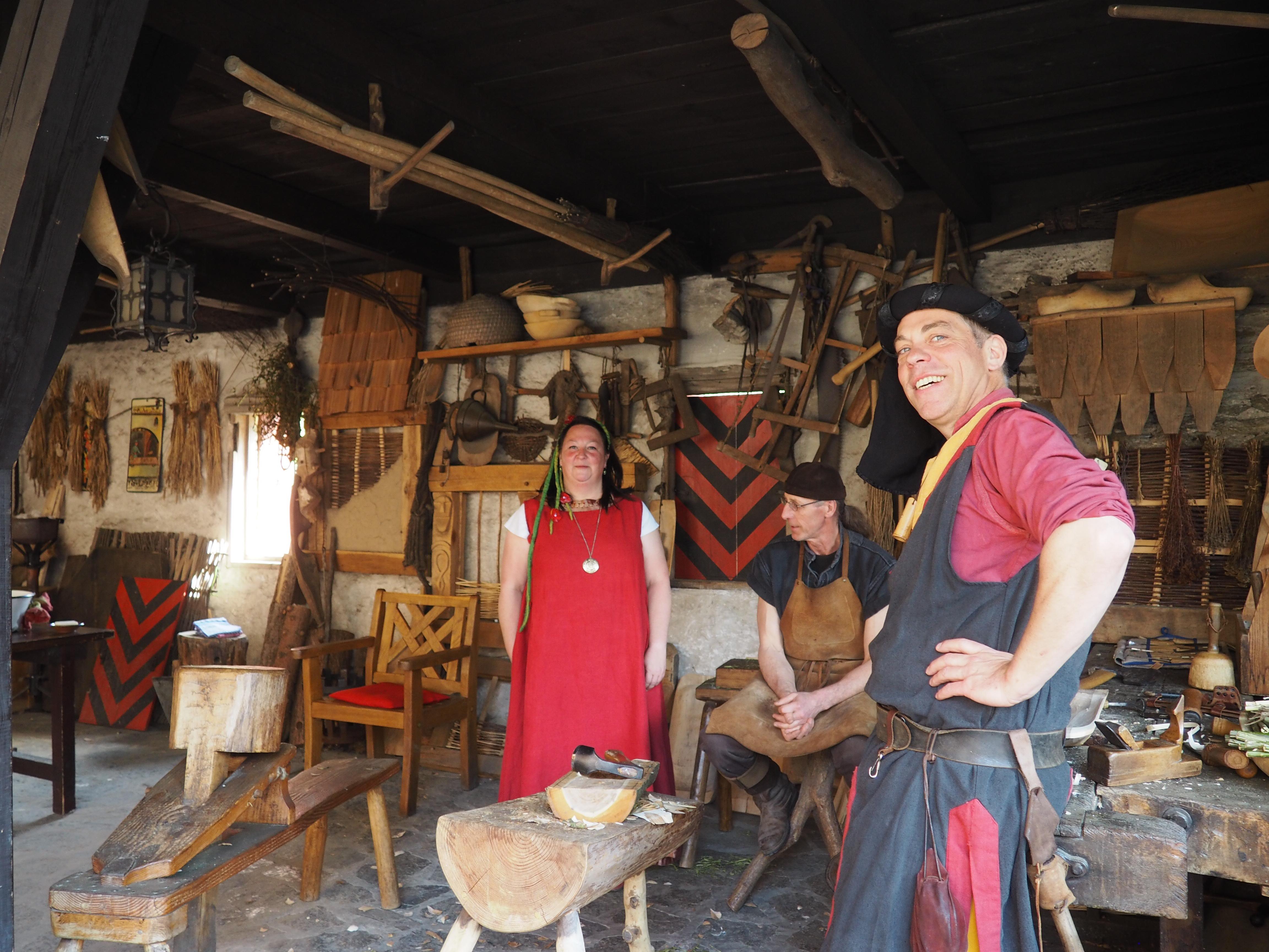 Alte Handwerke werden beim Burgerlebnis auf der Ehrenburg bei Brodenbach an der Mosel vorgestellt