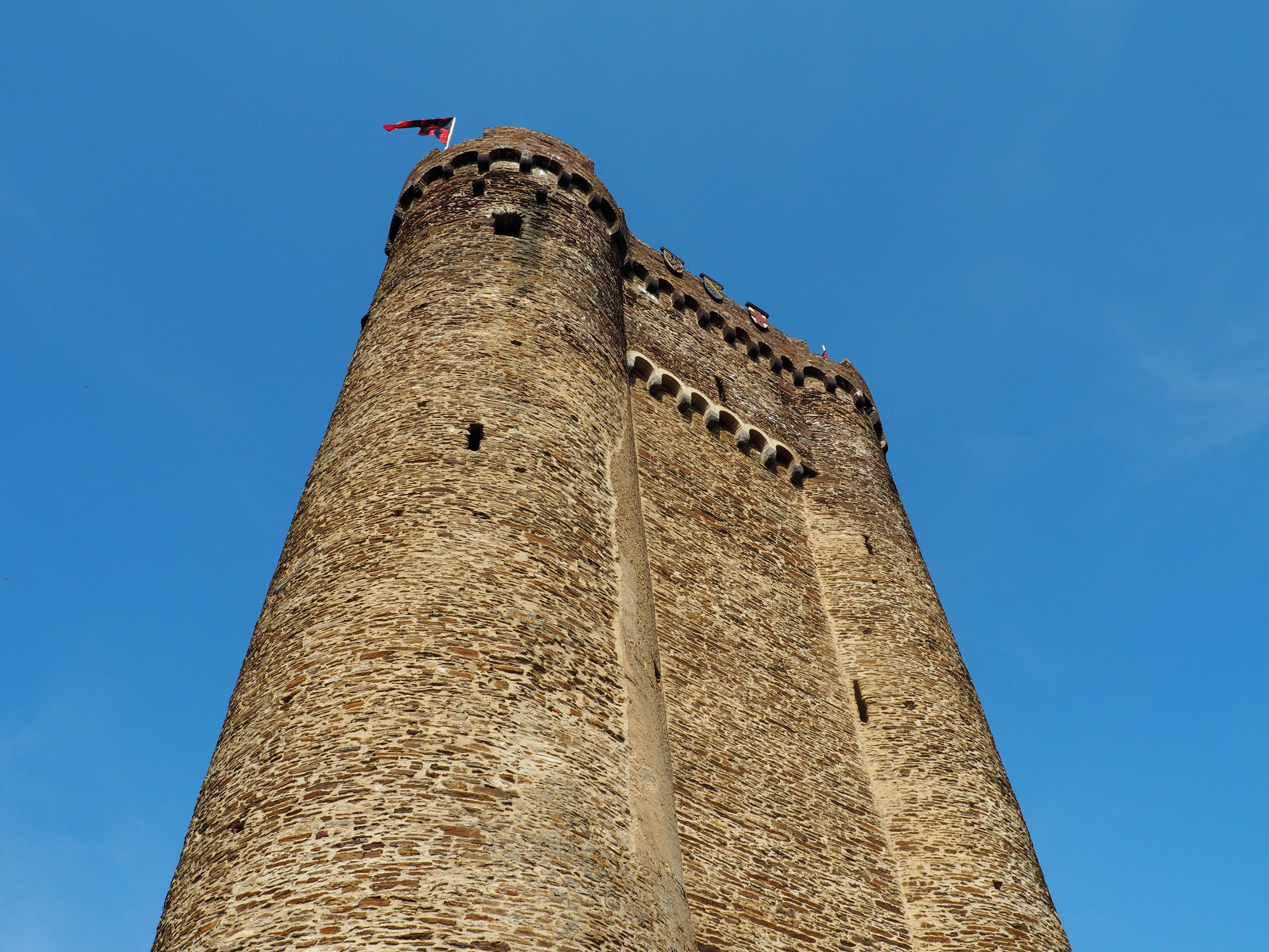 Mächtiger Bastionsturm mit Auffahrtsrampe und Aussichtsplattform auf der Ehrenburg bei Brodenbach an der Mosel