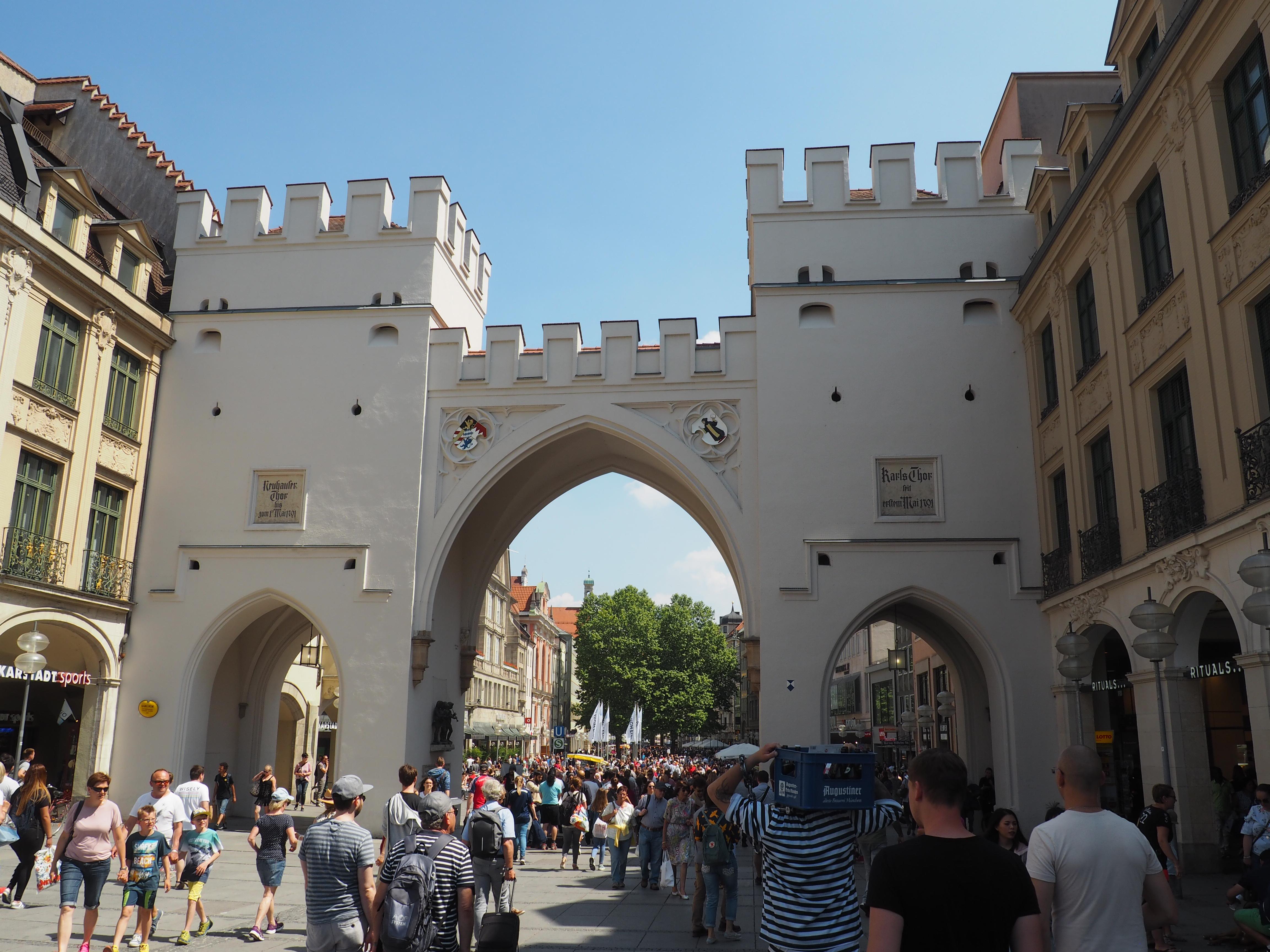 Das Karlstor am Karlsplatz oder Stachus, wie die Münchner sagen ist der Eingang zur Fußgängerzone und Flaniermeile Münchens.