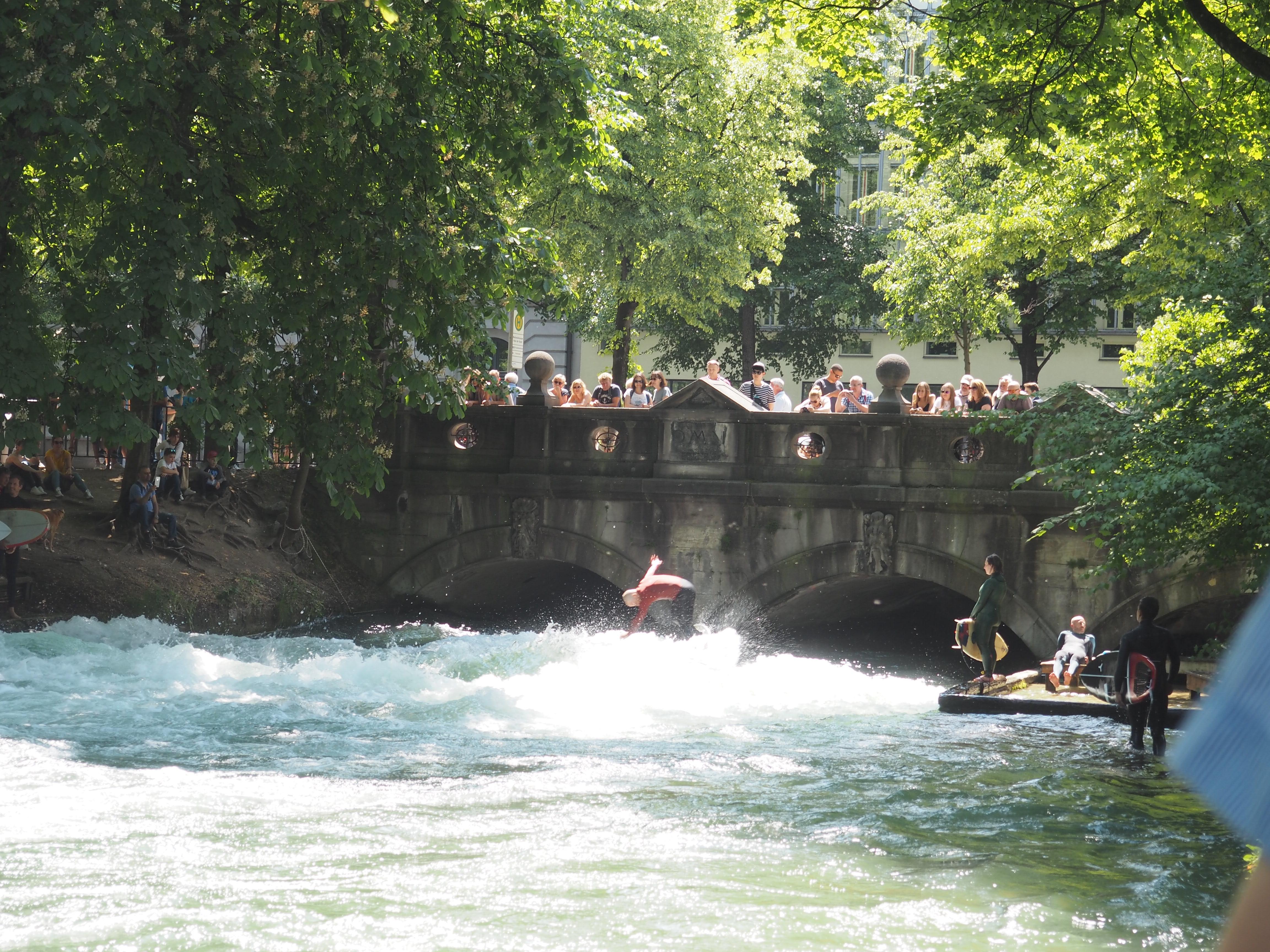 Wusstest du, dass man in München mitten in der Stadt Surfen kann?
