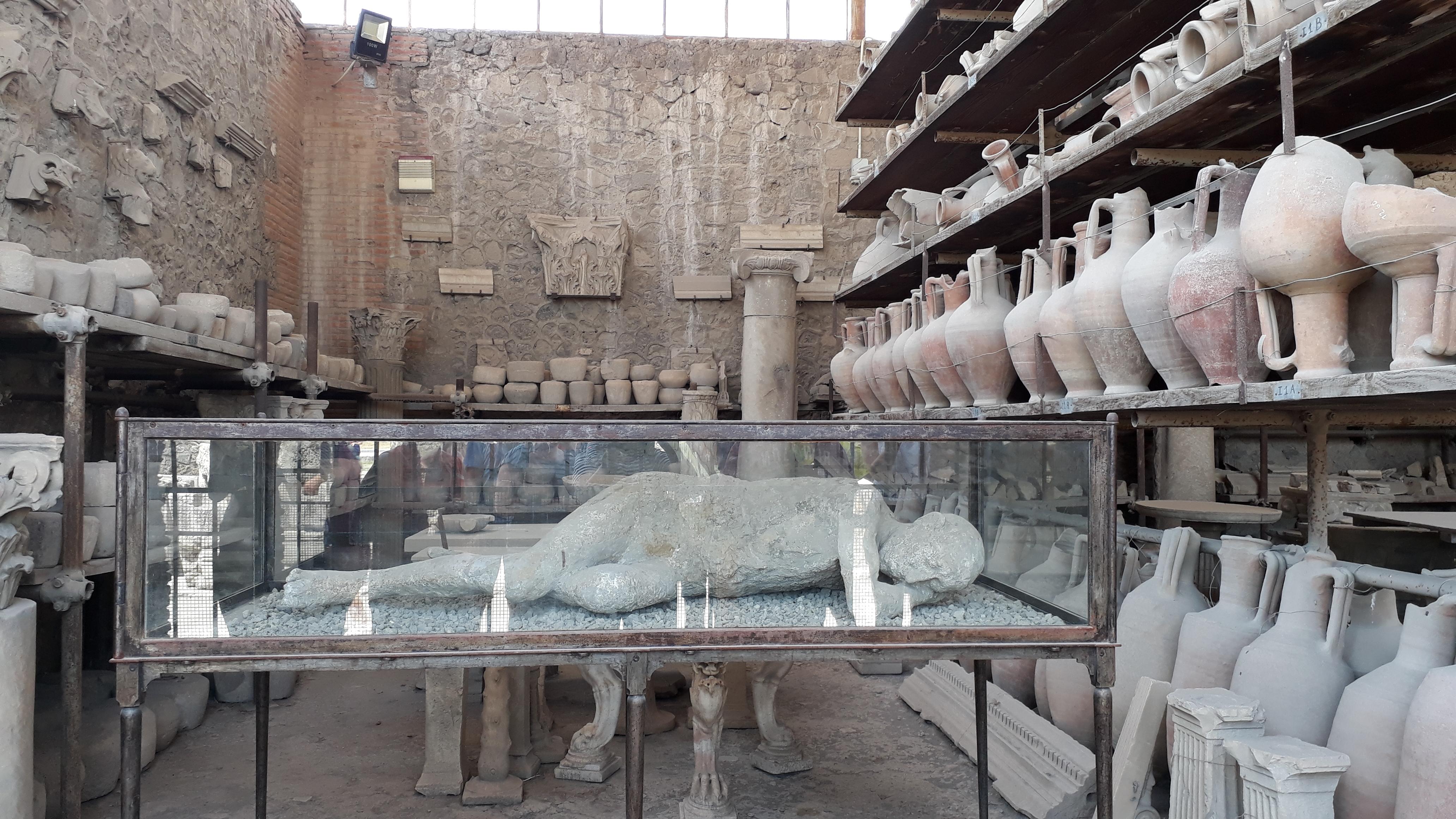 Gipsstatue und Tongefäße von den Ausgrabungen in der antiken Stadt Pompeji, die vor nahezu 2000 Jahren bei einem verheerenden Vulkanausbruch unter Asche und Lavagestein verschwand
