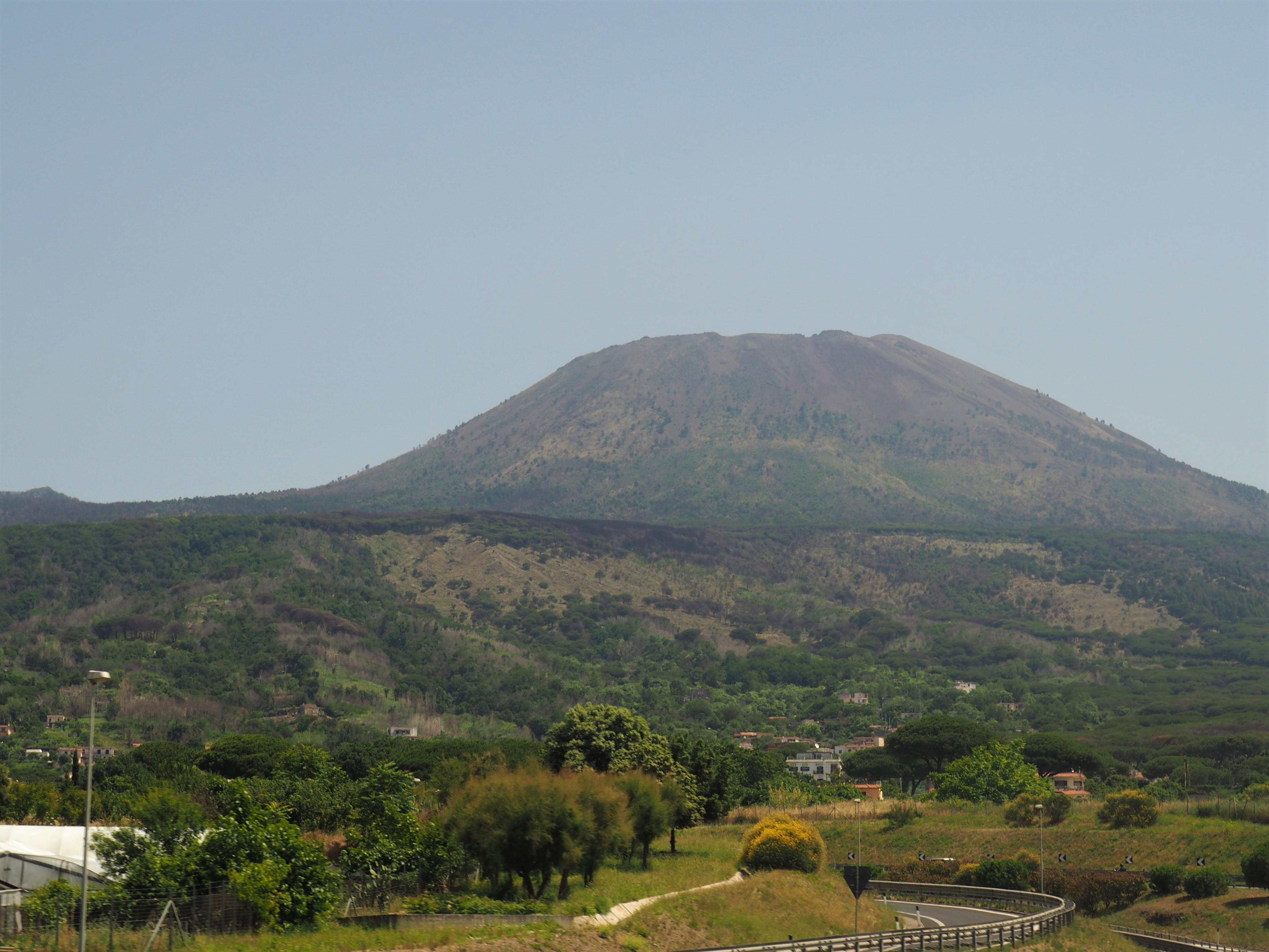 Harmloser Anblick des immer noch aktiven Vesuvs, einem der gefährlichsten Vulkane der Welt