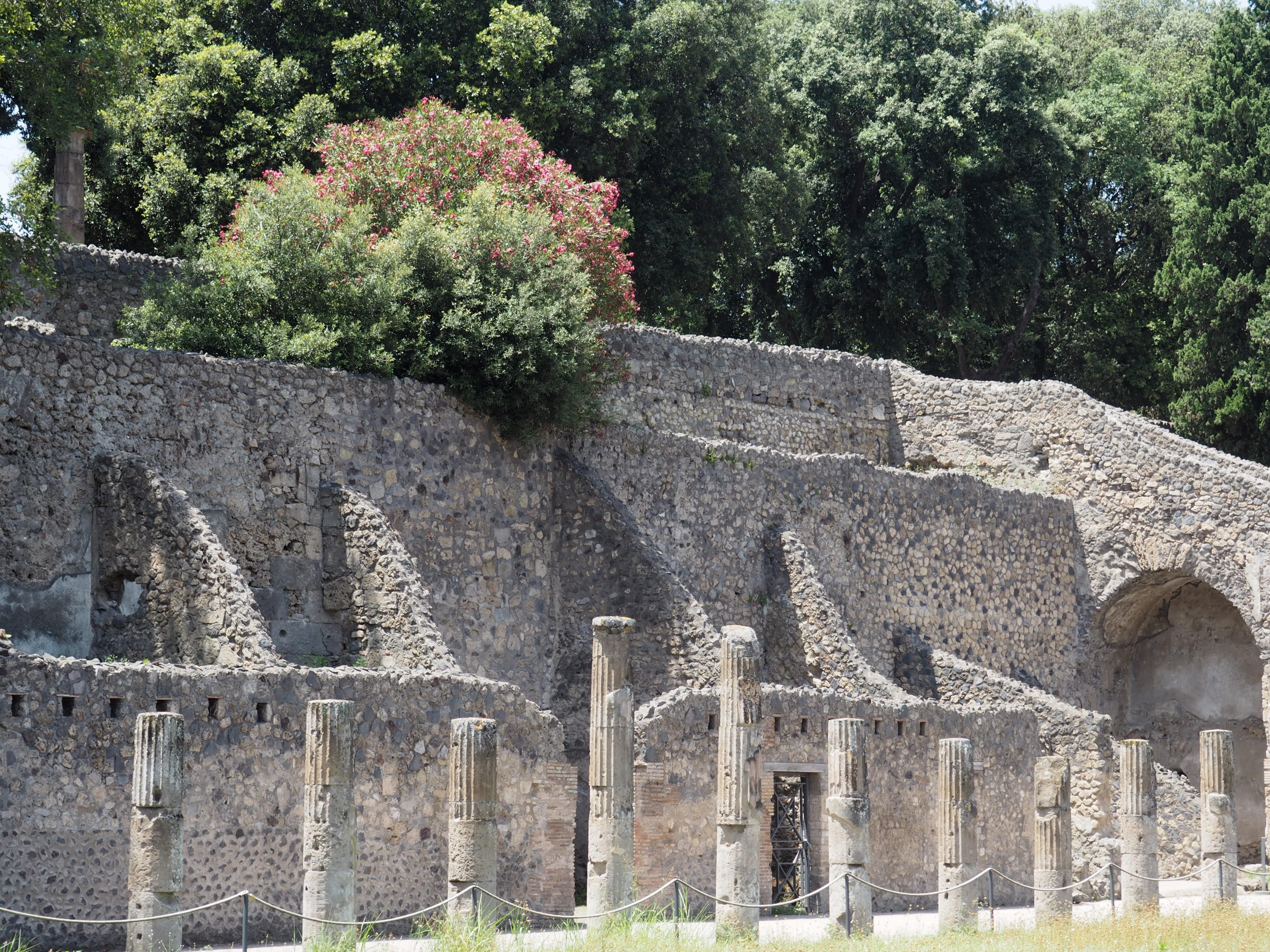 Überreste der gut erhaltenen Stadtmauer er antiken Stadt Pompeji am Golf von Neapel