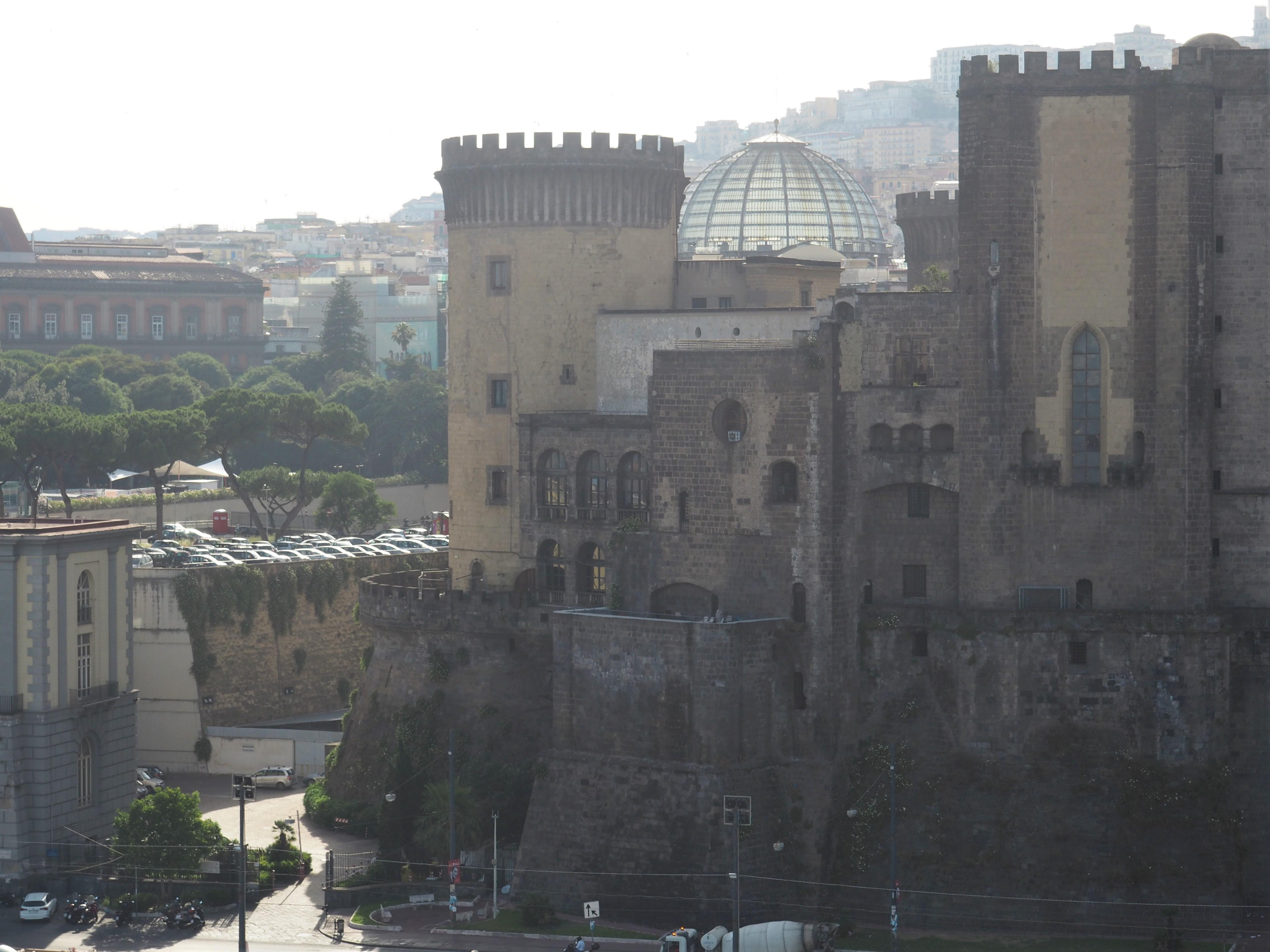 Die Burg Maschio Angionio und direkt dahinter die Kuppel der Galleria Umberto, einem wunderschönen Einkaufszentrum