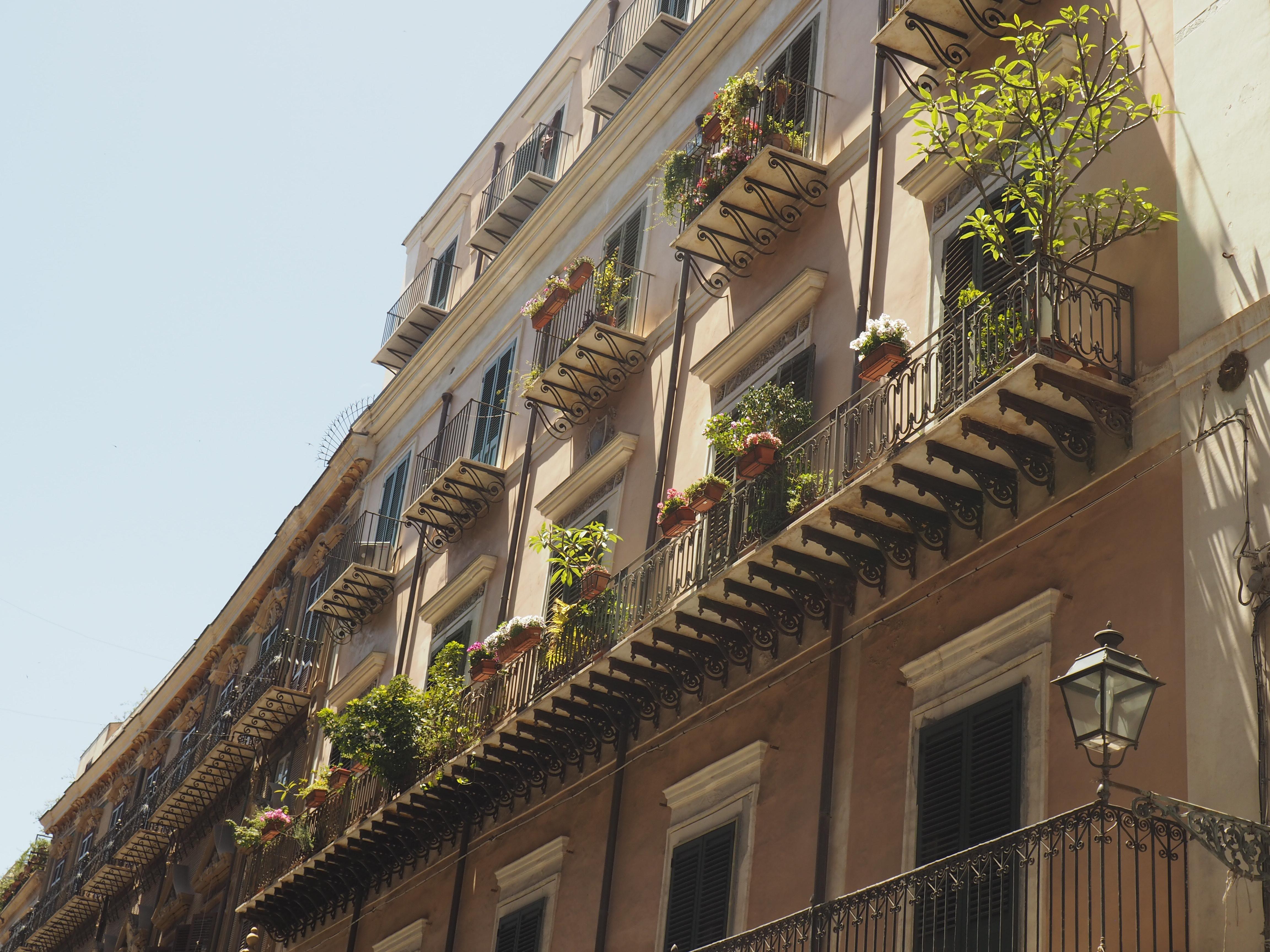 Wunderschöne Häuserfassaden auf dem Corsi Vittorio Emanuele in Palermo, entdeckt bei unserem Ausflug auf eigene Faust während unserer Kreuzfahrt mit der AIDA