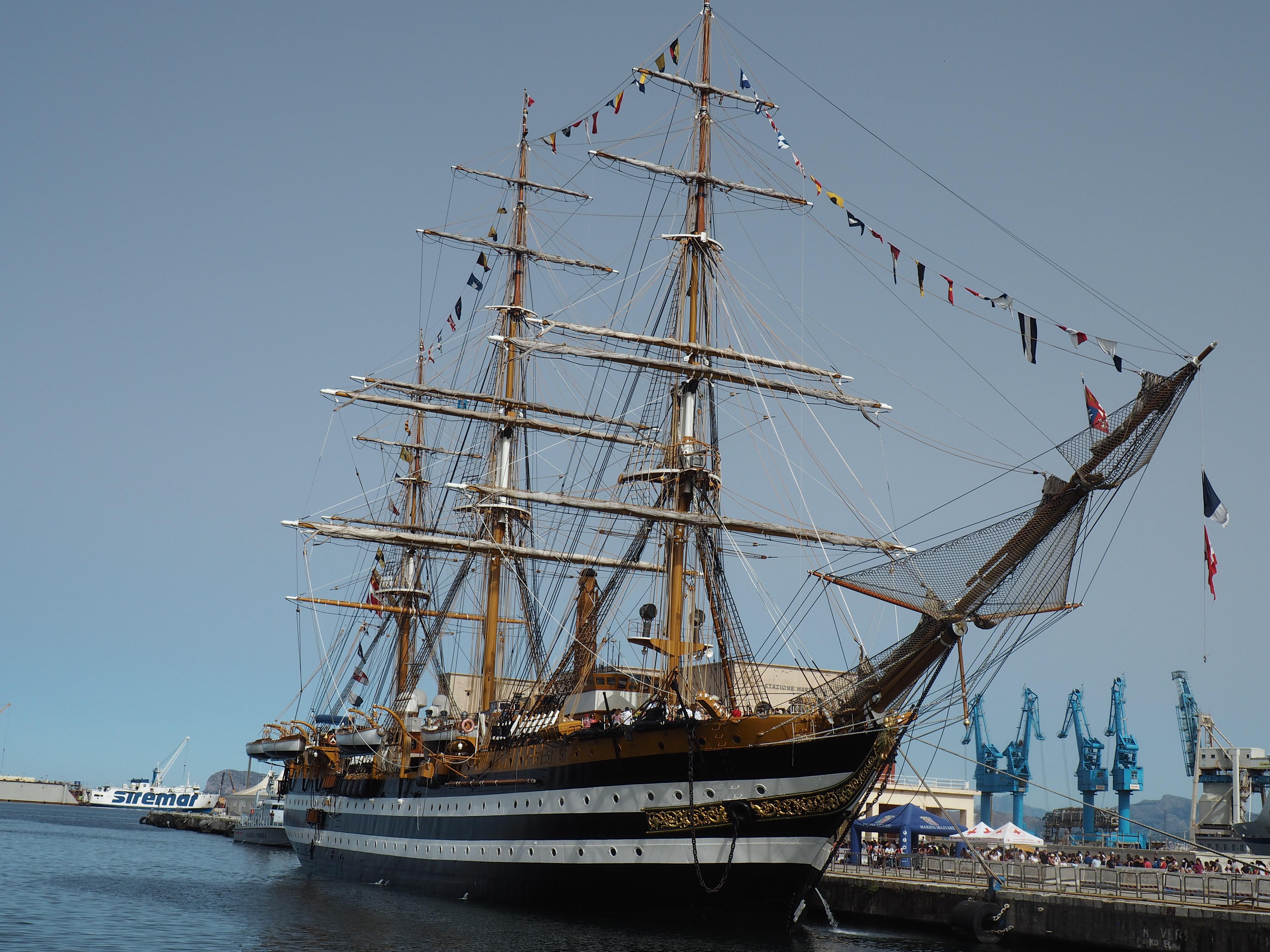 Segelschiff im Hafen von Palermo