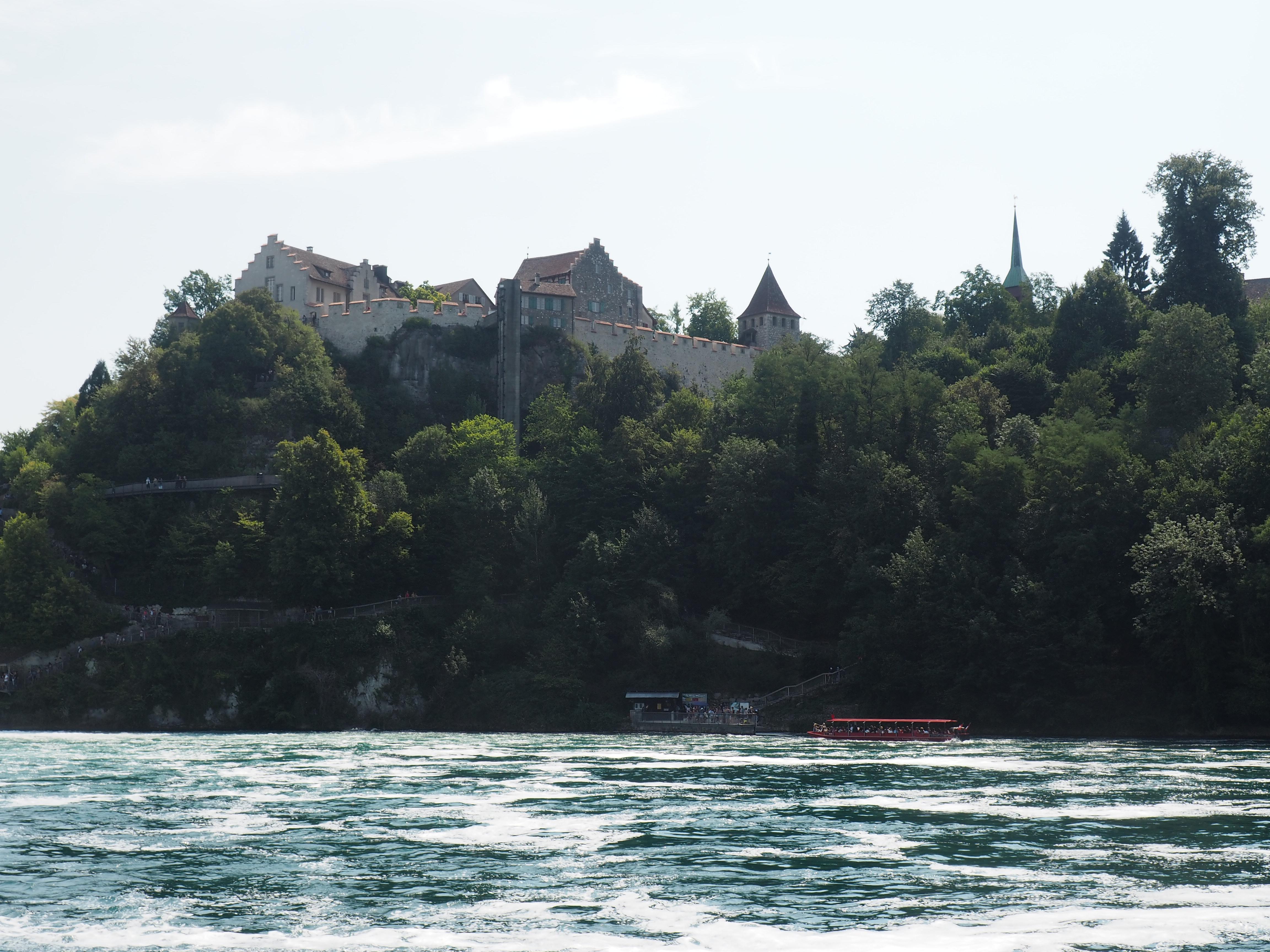 Schloss Laufen hoch über dem Rheinfall bei Schaffhausen