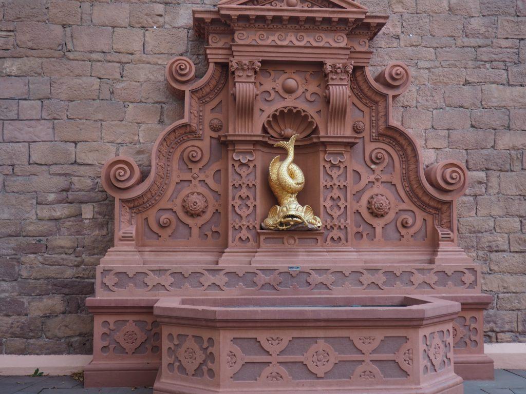 Delphinbrunnen im Schlosshof von Ettlingen im Albtal