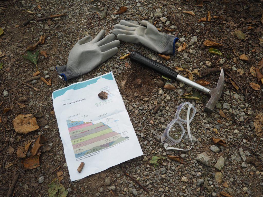 Ausrüstung für unsere Geologieführung mit Dr. Andreas Megerle von ErlebnisSÜDWEST