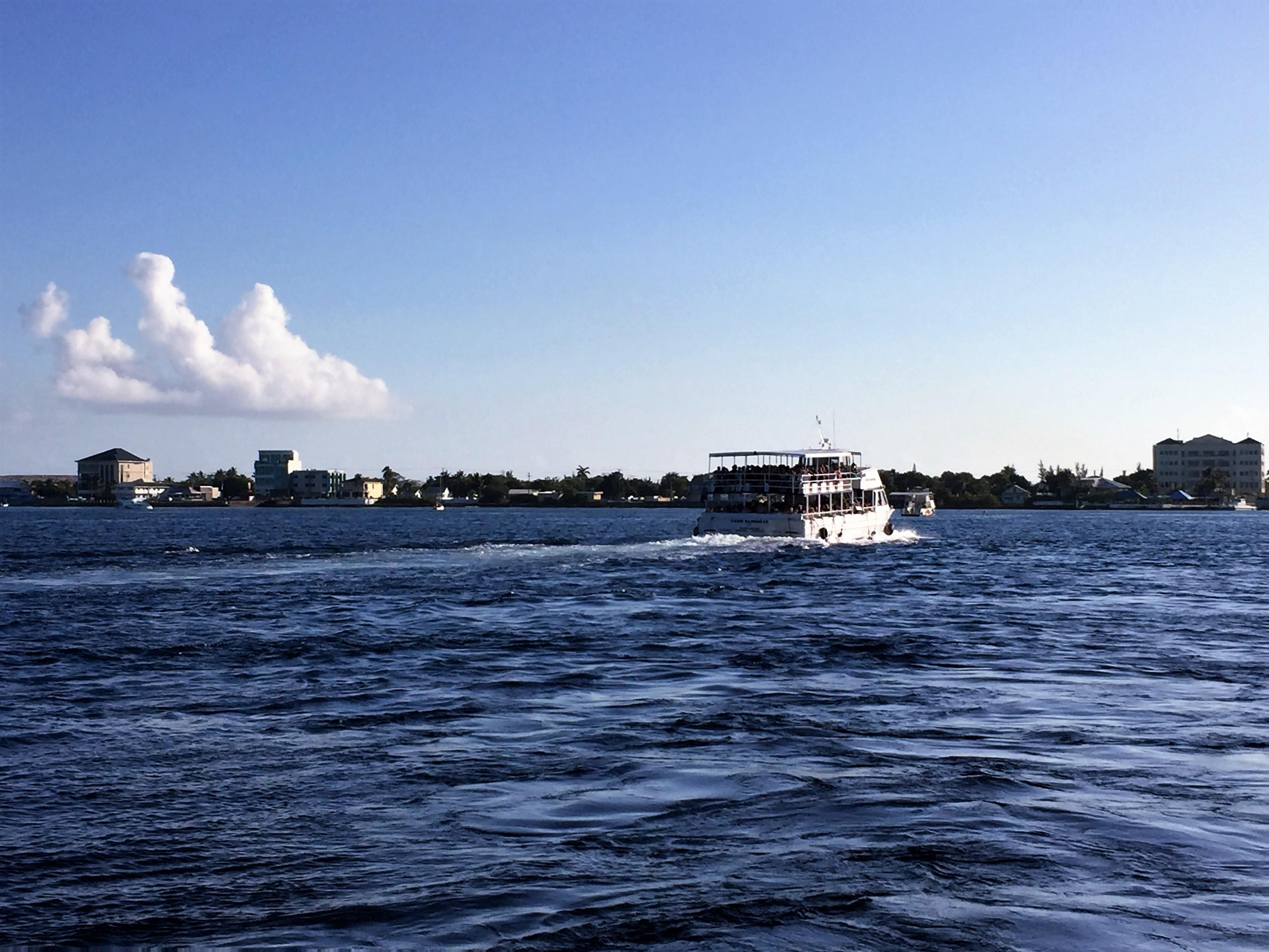 Ausflugsboot auf dem Weg zu Stingray City